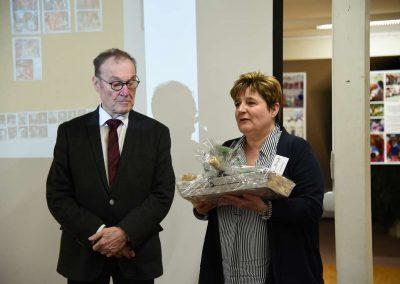 Ursula Bangert dankt Prof. Dr. Knauf (28.03.2019 - Zertifizierung zur reggio-inspirierten Einrichtung)